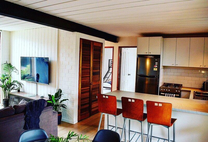 The Hideaway Lake Views//Bike Storage//Smart Home//Free WiFi, holiday rental in Berridale