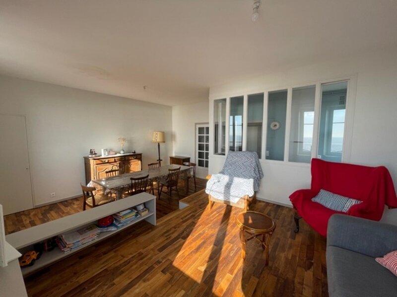 Bel appartement avec vue sur mer ascenseur et emplacement de parking, vacation rental in Saint-Pair-sur-Mer