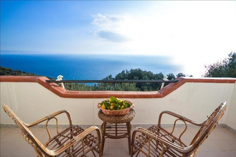 La Villa del Pixus, villa privata con terrazza vista mare 180°, holiday rental in Marina di Pisciotta
