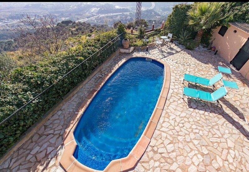 Casa con Piscina de agua salada y vistas, location de vacances à Pineda de Mar