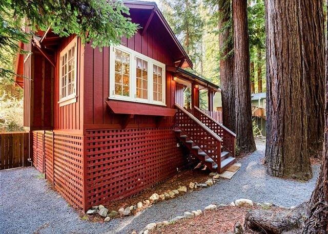 Redwood Retreat! Hot Tub! Walk to Beach/River!  Pet Friendly!, location de vacances à Guerneville