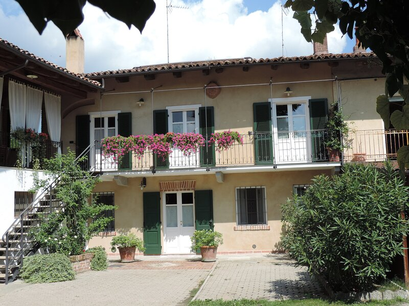 Isolated place on the hills: terrace,balcony, garden, quiet place, 2 bedrooms, vakantiewoning in Province of Asti