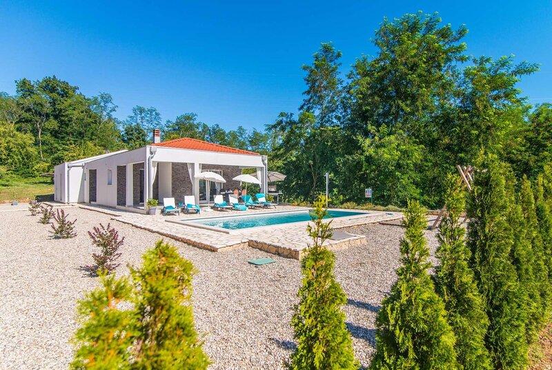 3 bedroom villa w/pvt pool 7km to Labin, holiday rental in Jurazini