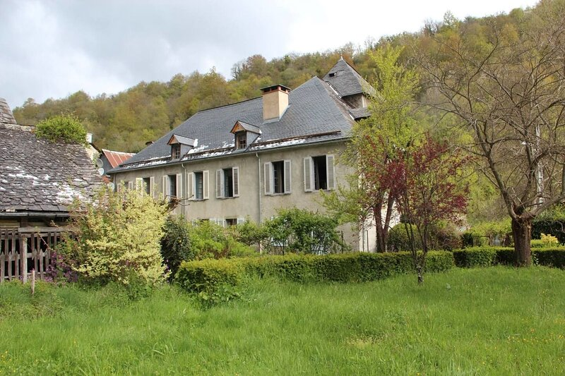 Amazing house with mountain view, Ferienwohnung in Buzan