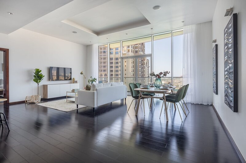 Luxurious and Bright 2BR with Study on Palm - Full Sea View!, alquiler de vacaciones en Jebel Ali