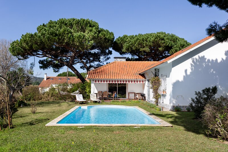 ALTIDO Idyllic House w/Pool & Garden in Colares, vacation rental in Colares