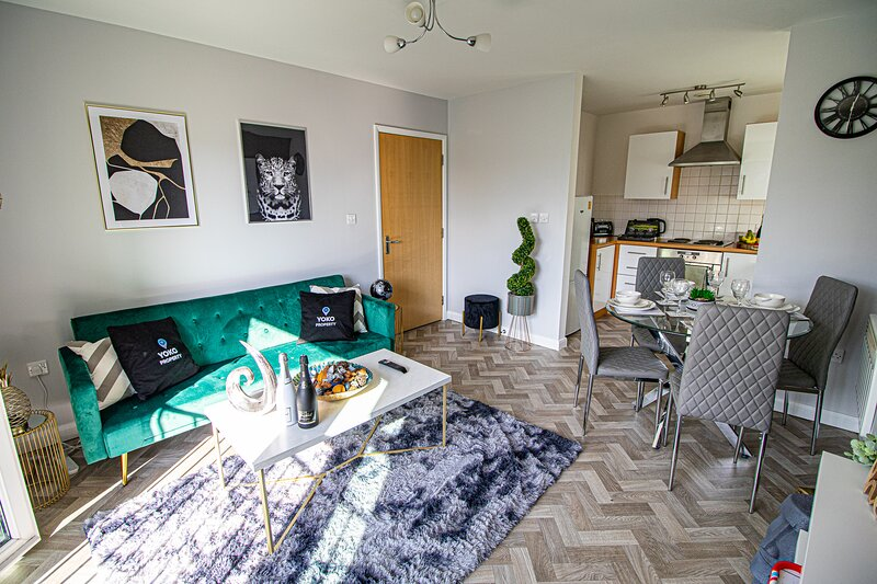 Monea Apartment with Parking, Balcony & Smart TV, holiday rental in Milton Keynes