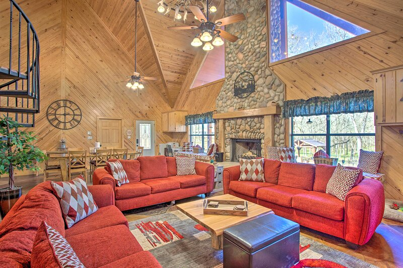 NEW! Grand Lodge on the River: Hot Tub + Fire Pit!, holiday rental in Groesbeck