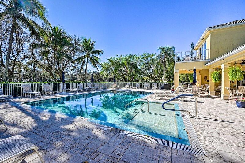 NEW! Sunny Naples Townhome w/ Lanai & Pool Access!, location de vacances à North Naples