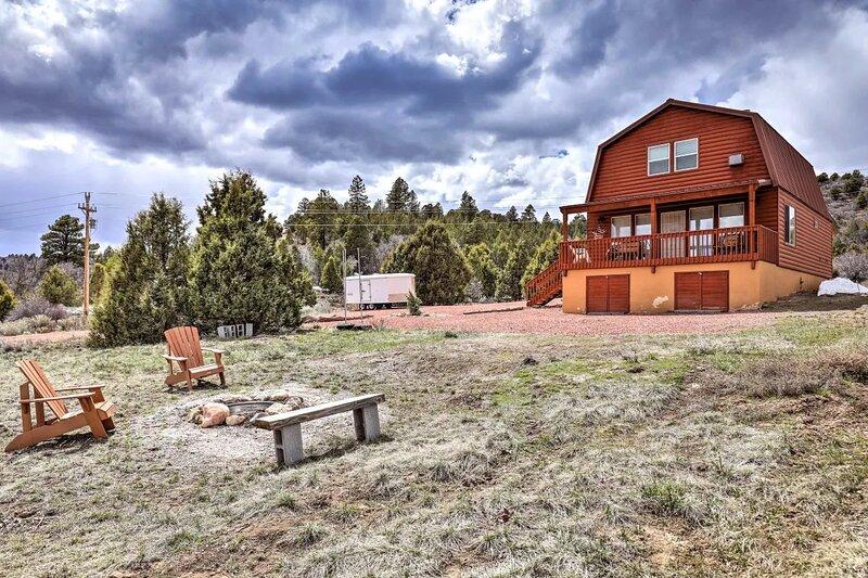 Juniper Hills - 4 bedroom 2 bath cozy cabin on 10 acres, casa vacanza a Parco nazionale di Bryce Canyon