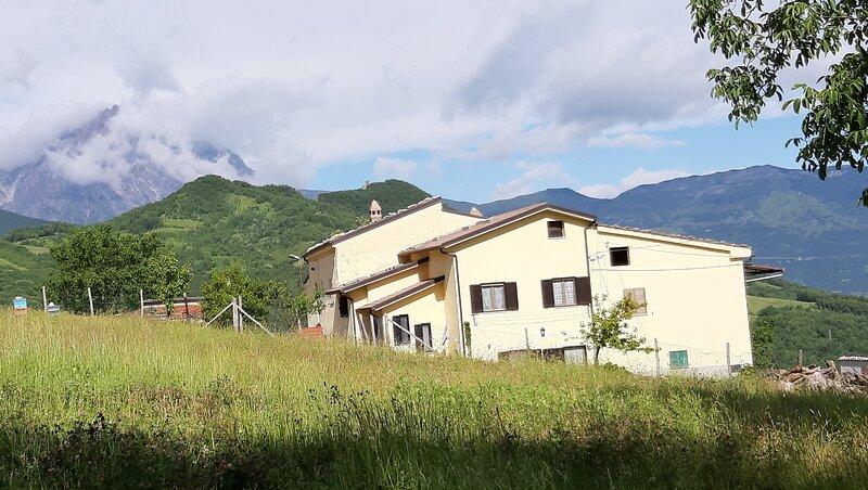 Casa ai piedi del monte Camicia, Castelli (TE) - mq 135 - 8 posti letto, holiday rental in Calascio