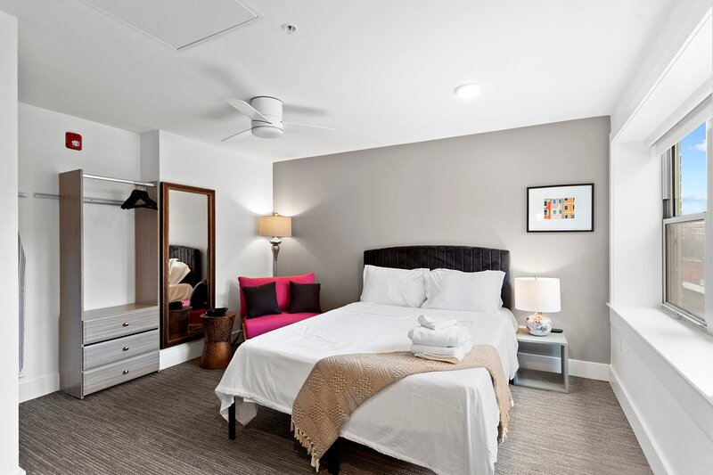 Modern MW Studio with Rooftop by Zencity, holiday rental in Raytown
