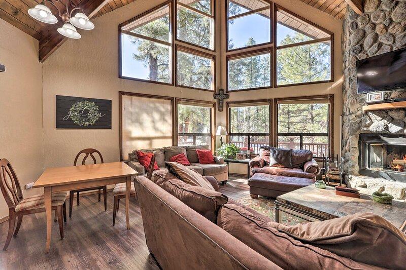 Cabin w/Wraparound Porch - 20 Mins from Flagstaff!, alquiler de vacaciones en Munds Park