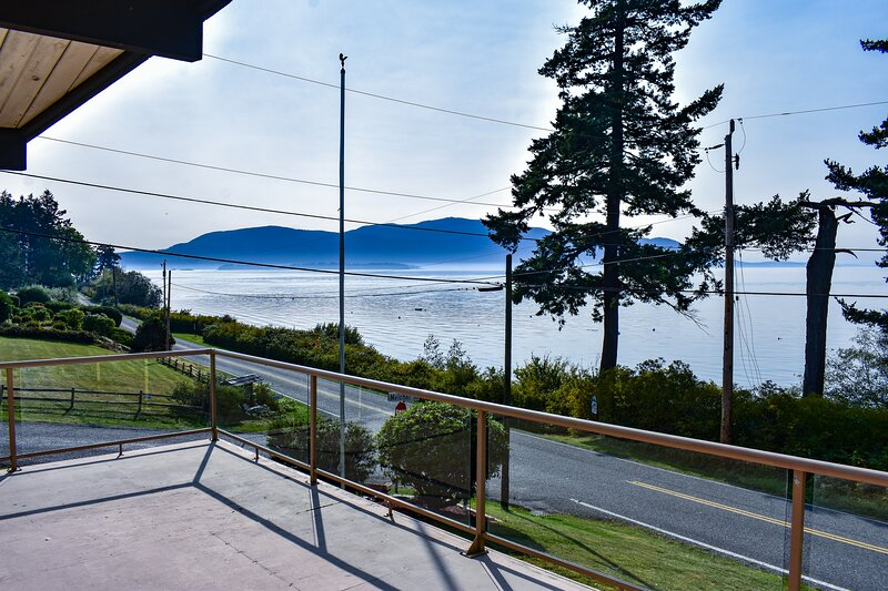 NEW! Light and Open, West Facing, with Incredible Views, Sunsets and Beach!, alquiler vacacional en Lummi Island