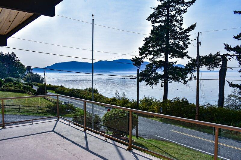 NEW! Light and Open, West Facing, with Incredible Views, Sunsets and Beach!, aluguéis de temporada em Lummi Island