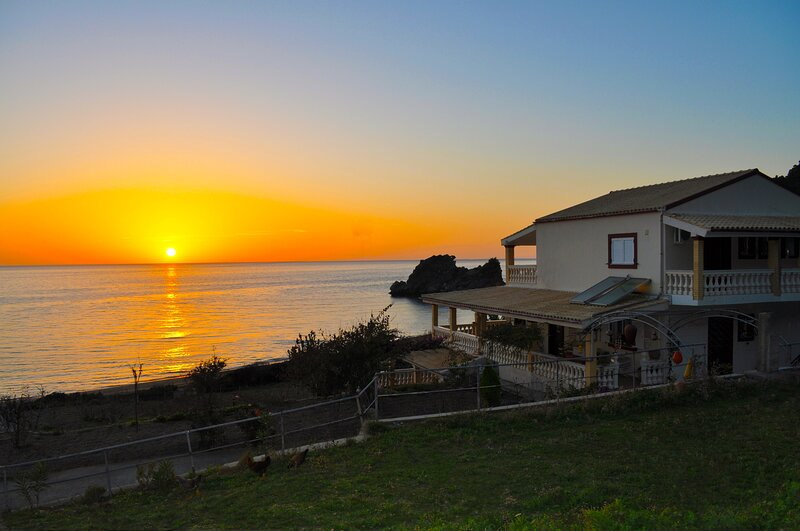 Beachfront House Tolis - Pelekas Beach, holiday rental in Avramis