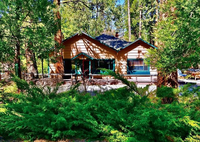 Almost Heaven! A charming cabin on the creek walk to town with spa, casa vacanza a Pine Cove