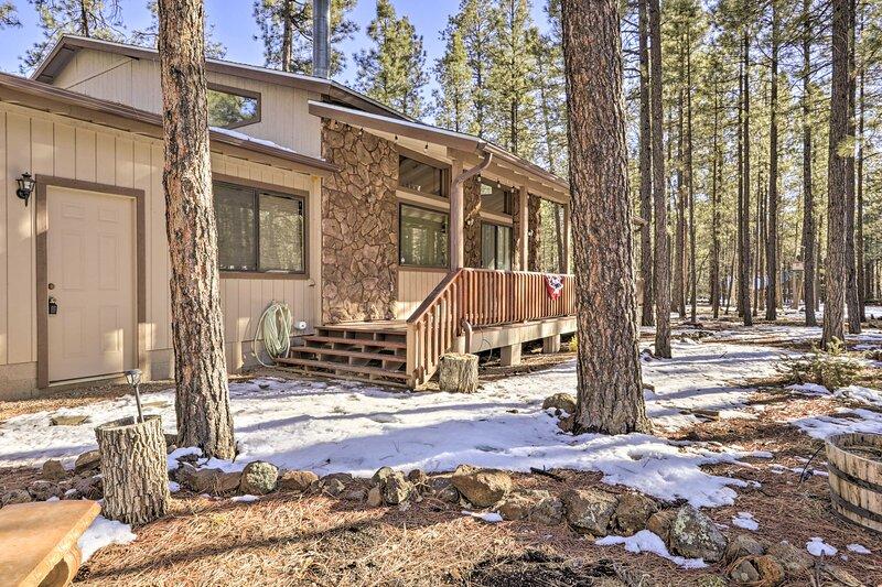 Spacious Pinetop Cabin w/ Deck, 1 Mi to Golf!, alquiler vacacional en Vernon