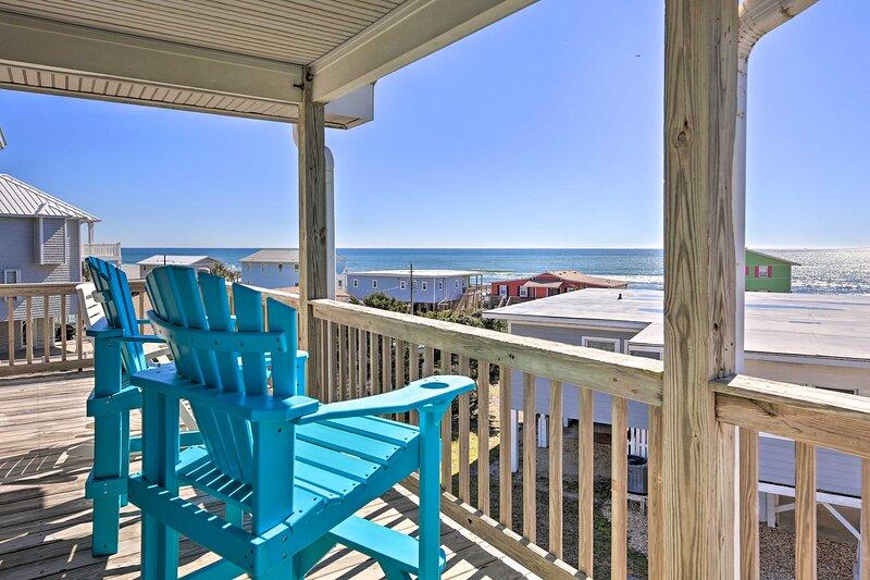 NEW! Emerald Isle Retreat w/ 2 Decks & Ocean Views, casa vacanza a Emerald Isle