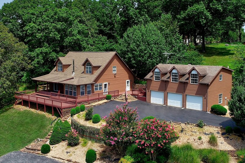 NEW! Hilltop Cabin on Beaver Lake w/ Deck & Views!, holiday rental in Avoca