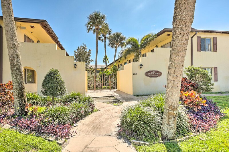 NEW! Sunny Escape w/ Garden View < 1 Mi to Beach!, holiday rental in Holly Hill