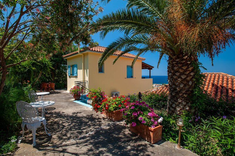 Inviting Suite With Sea View And Garden Near Beach, holiday rental in Kontias