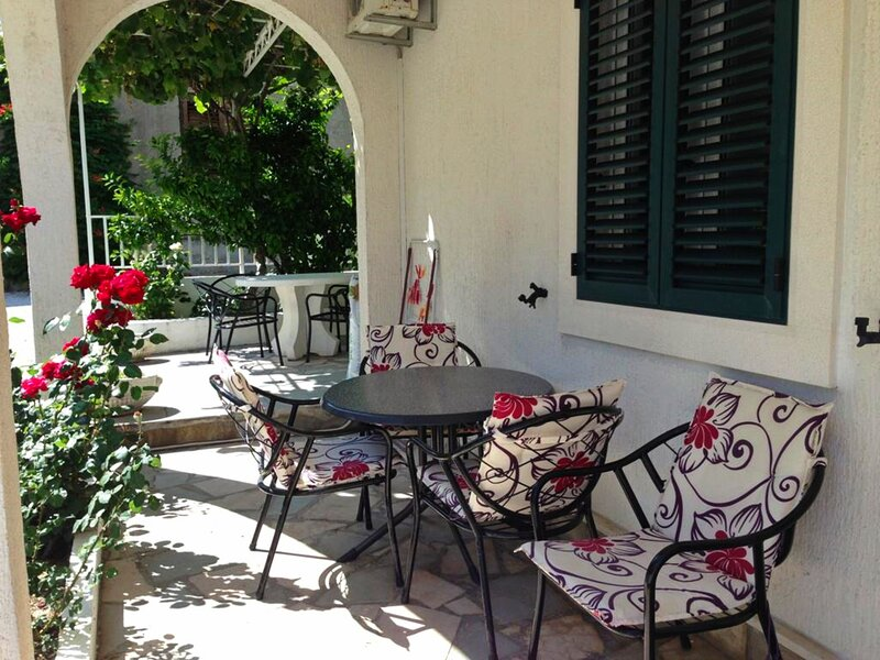 A2 - apt w patio, just 3 min walking to the beach, alquiler vacacional en Duce