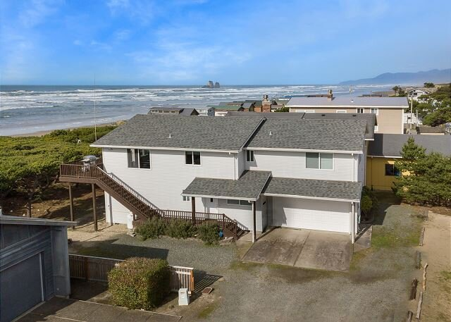 Gone Coastal - Oceanfront home with spacious living room and beautiful views, holiday rental in Garibaldi