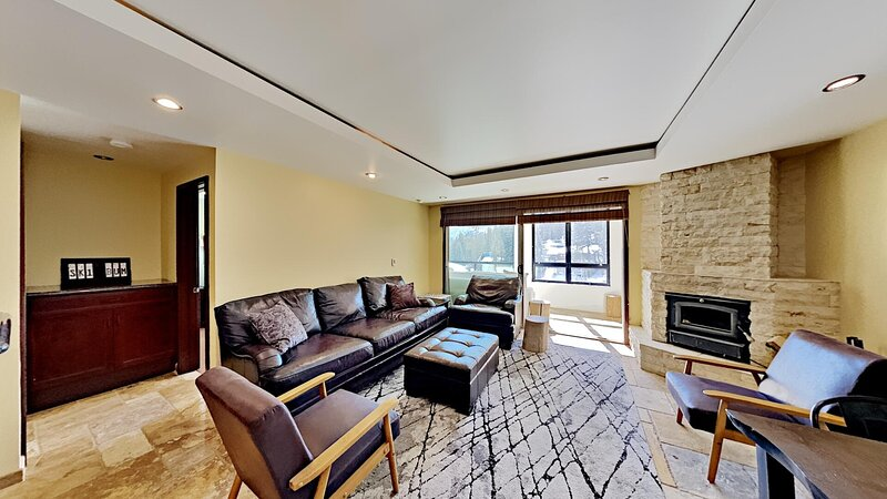 Living Room,Indoors,Room,Flooring,Couch