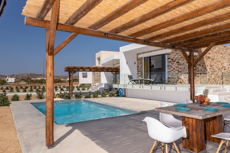 Depis Edem luxury private villa with pool, Plaka Naxos, holiday rental in Plaka