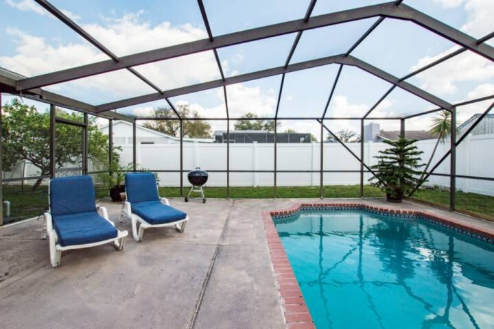 Private Pool Paradise with Outdoor TV  2.5 miles to Legoland & close to Disney!, Ferienwohnung in Auburndale
