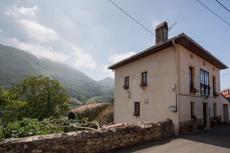 El Cuetu Asturias traditional village house, holiday rental in Robellada