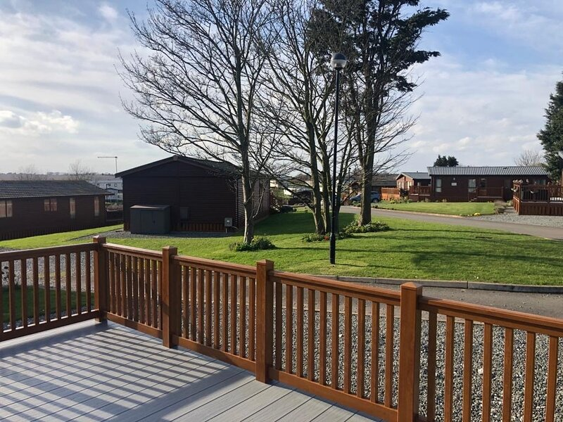 Stunning 2-Bed Lodge with hot tub East Coast, holiday rental in Patrington