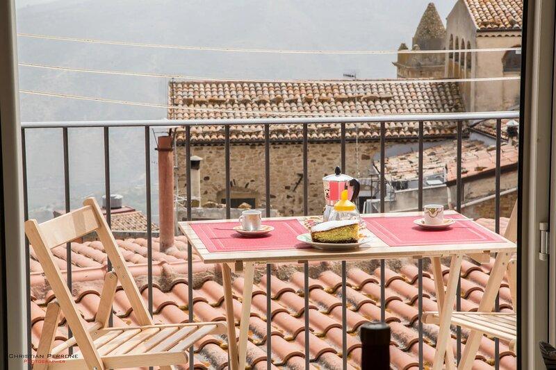 Casa Alesina - balcone su Tusa, holiday rental in Finale