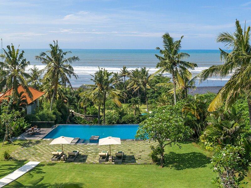 Villa Kailasha - Expansive lawn and pool
