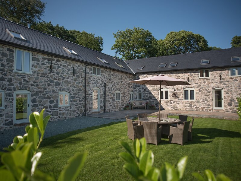 CASTELL COURTYARD, detached barn conversion, woodburner, hot tub, walks from, holiday rental in Llanwddyn