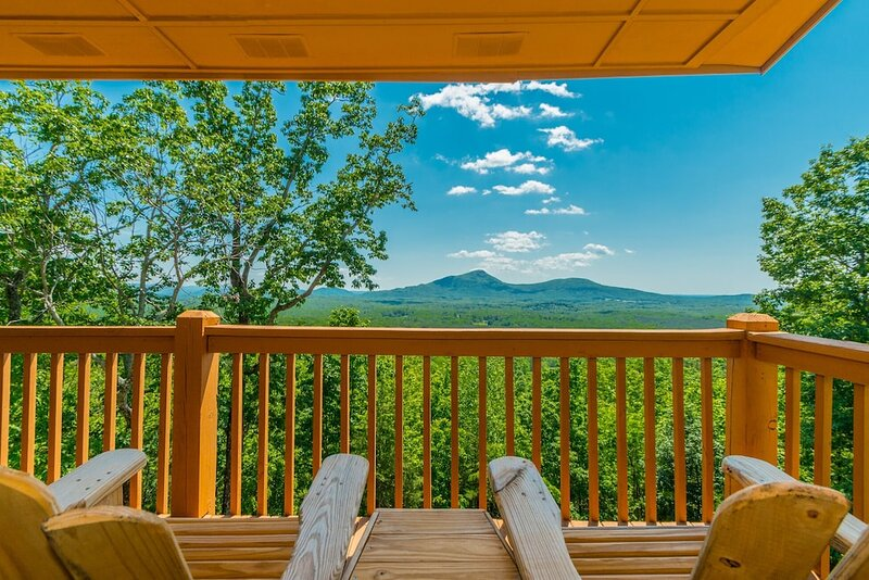 Deluxe Log Cabin | 3BR 3BA | Amazing Mountain Views | Hot Tub | Pool Table, vacation rental in Helen