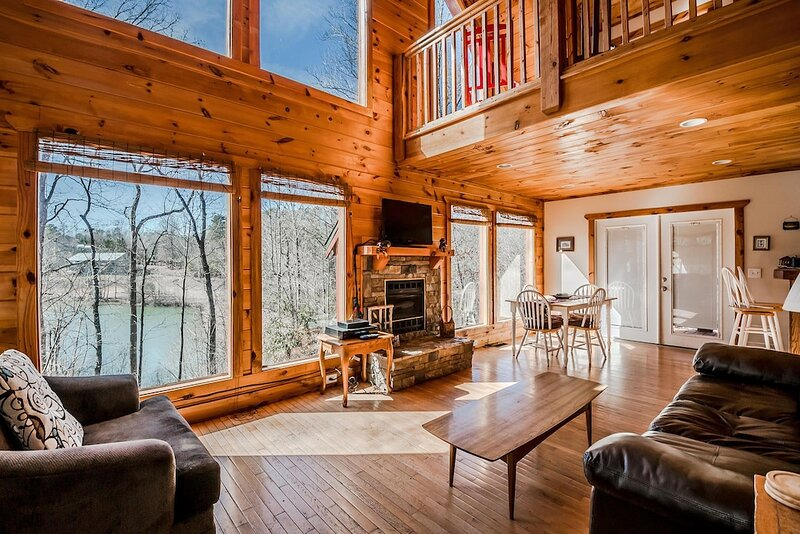 Charming Lake View Cabin | 2BR 2BA | Hot Tub | Game Room | Fishing | Fire Pit, holiday rental in Demorest