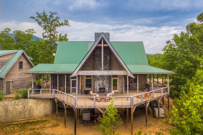 Serenity Combines Classic Cabin Appeal With Amenities You Require During Your Es, holiday rental in Mill Spring