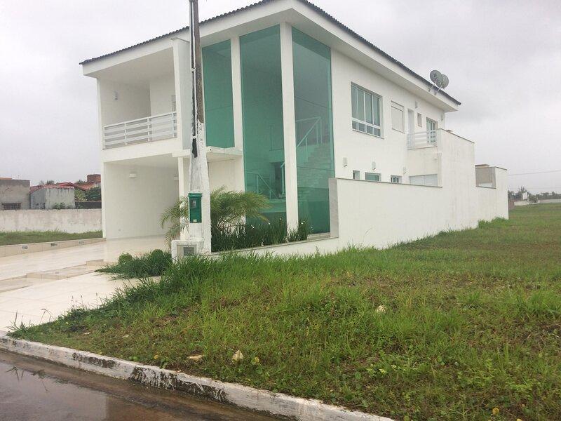 Casa em condomínio fechado de frente para o mar, holiday rental in Itanhaem