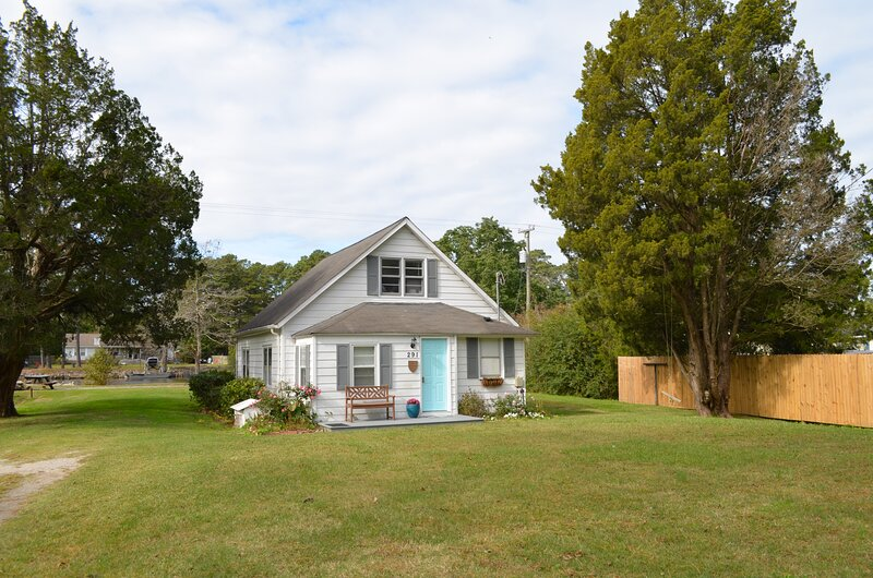 Waterfront Intracoastal Waterlily Cottage- historic, relaxing, and fun, holiday rental in Elizabeth City