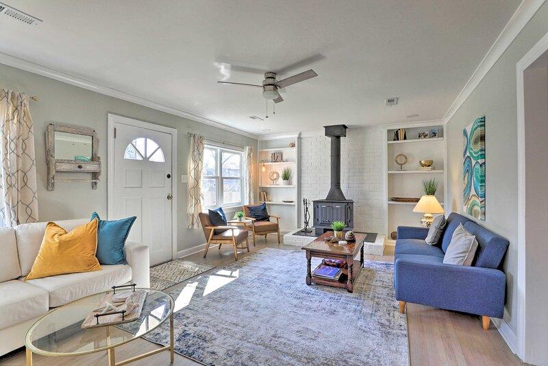 NEW! Chic Charleston Home: Half Mi to Park Circle!, vacation rental in North Charleston
