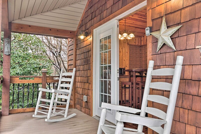 NEW! 'The Boat House' - Charming Creekside Getaway, holiday rental in Hot Springs