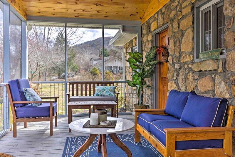 NEW! 'The Rock Cottage' - Quiet Escape w/ Porch!, holiday rental in Hot Springs