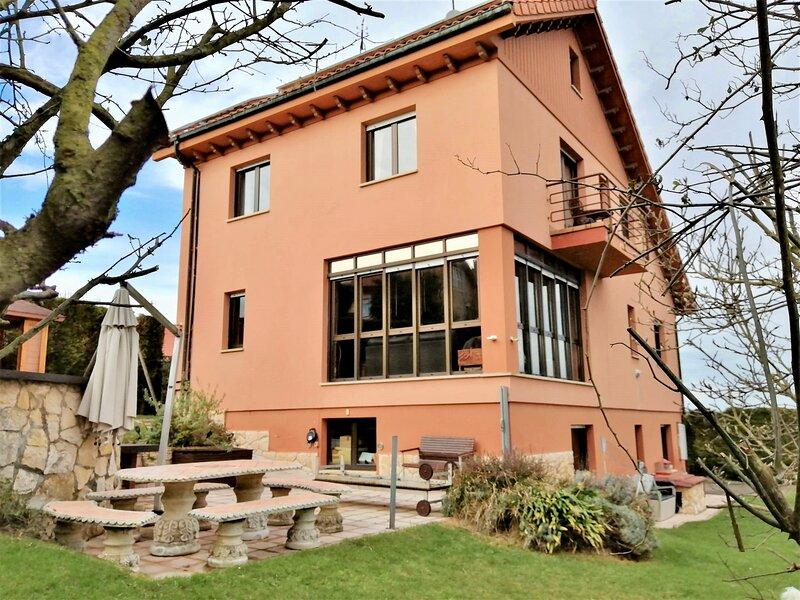 Preciosa casa junto a Oviedo con gran jacuzzi, piscina, cama elástica y gimnasio, location de vacances à Oviedo