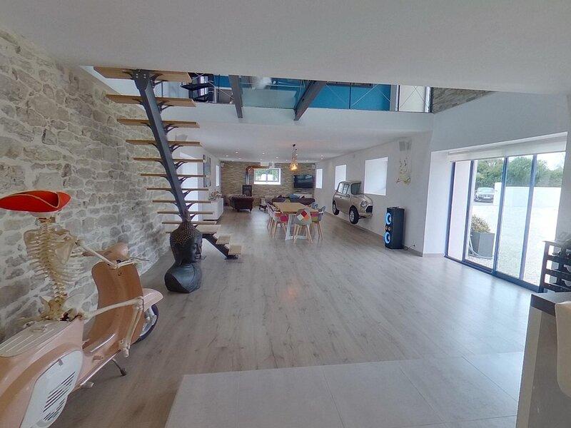 KERVIGNAC MAISON DE CARACTÈRE RÉNOVÉE STYLE LOFT AVEC PISCINE, vacation rental in Hennebont