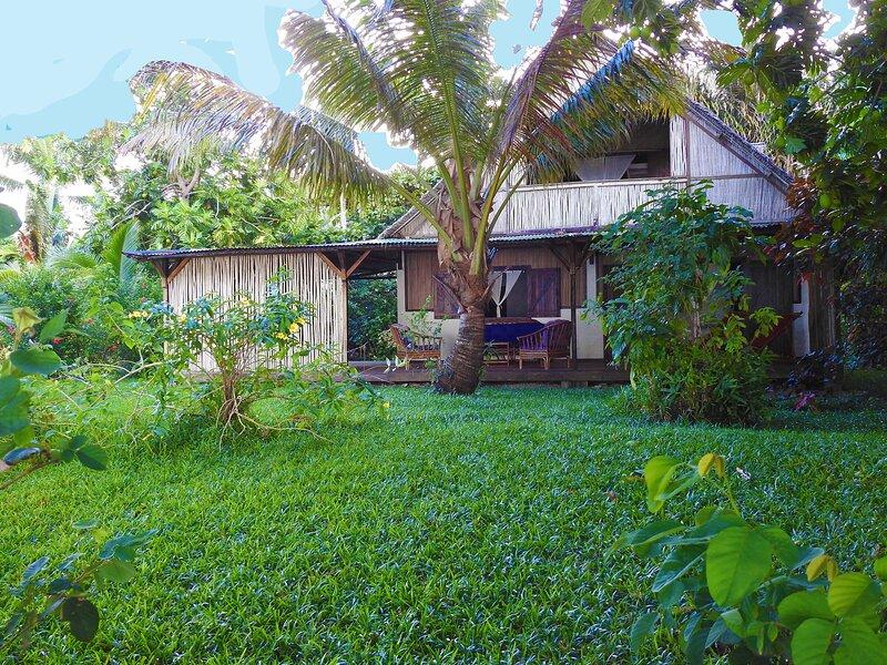 Villa Oeonellia, pieds dans l'eau, avec piscine et plage,et employés de service, vacation rental in Toamasina Province