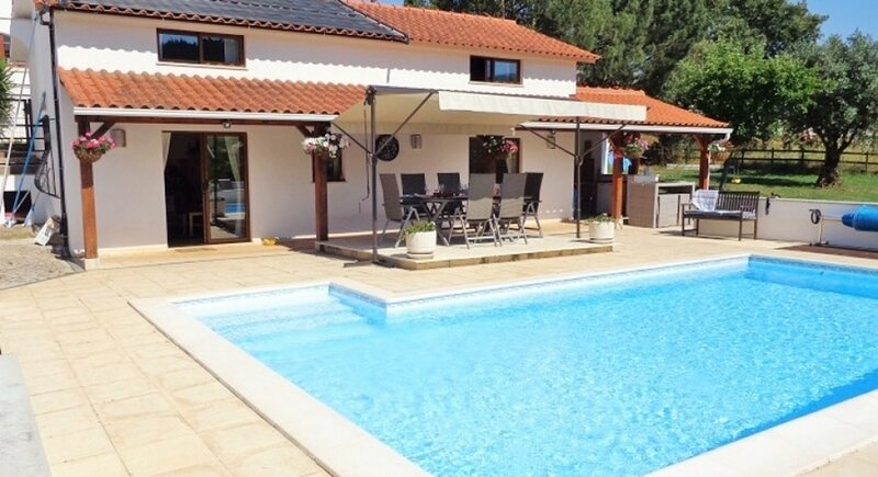 The Lodge at Brunels with heated swimming pool, location de vacances à Gondramaz