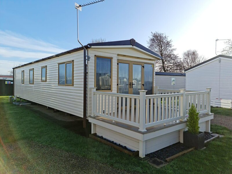 Lovely 6 berth caravan for hire in Norfolk with decking ref 19011SD, holiday rental in Ormesby St. Margaret