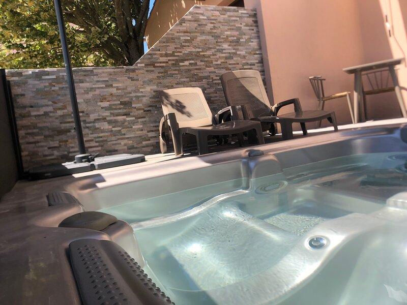 Gîte avec jacuzzi privatif, piscine chauffée aux Bougainvillées de Camargue, holiday rental in Saint-Christol